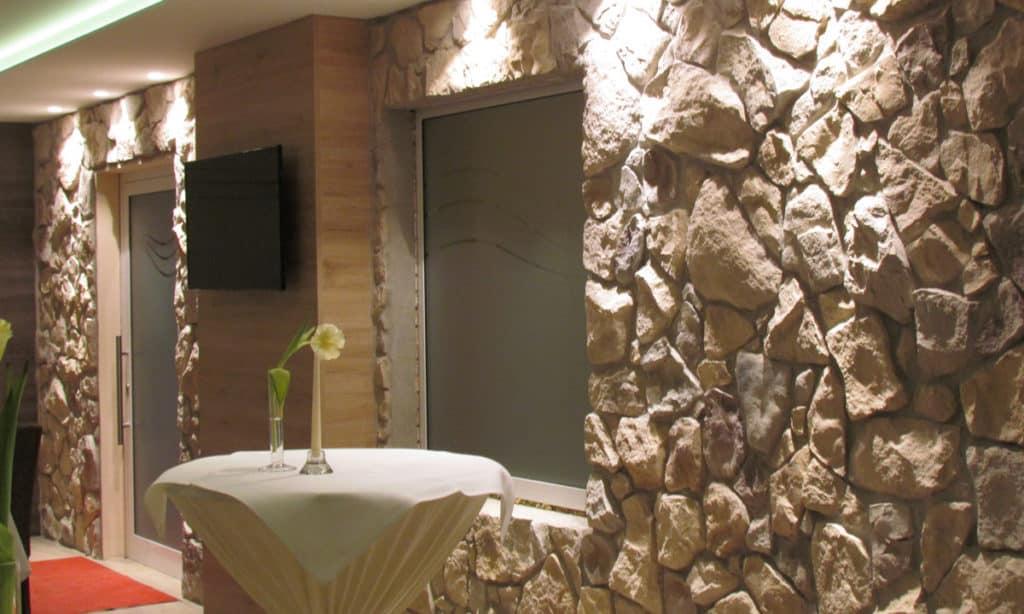 Hotel mit Steinwänden gestalten