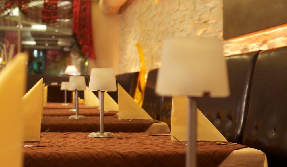 Restaurant mit Steinwand und Brandschutzpanelen