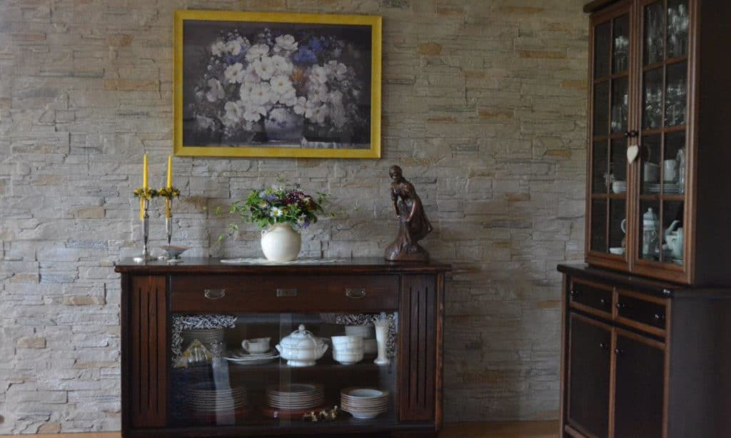 Wohnzimmerwand aus Stein