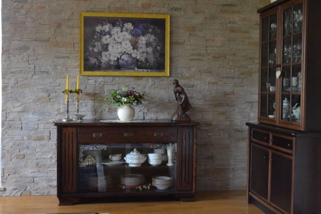 Wohnzimmerwand mit Stein