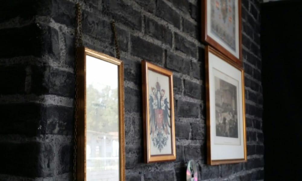 Ziegelwand-schwarz-mit-Bildern