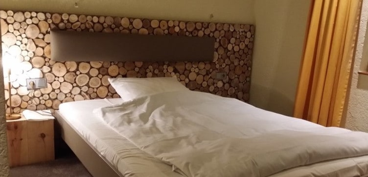 holzverkleidung-baumscheiben-hotelzimmer